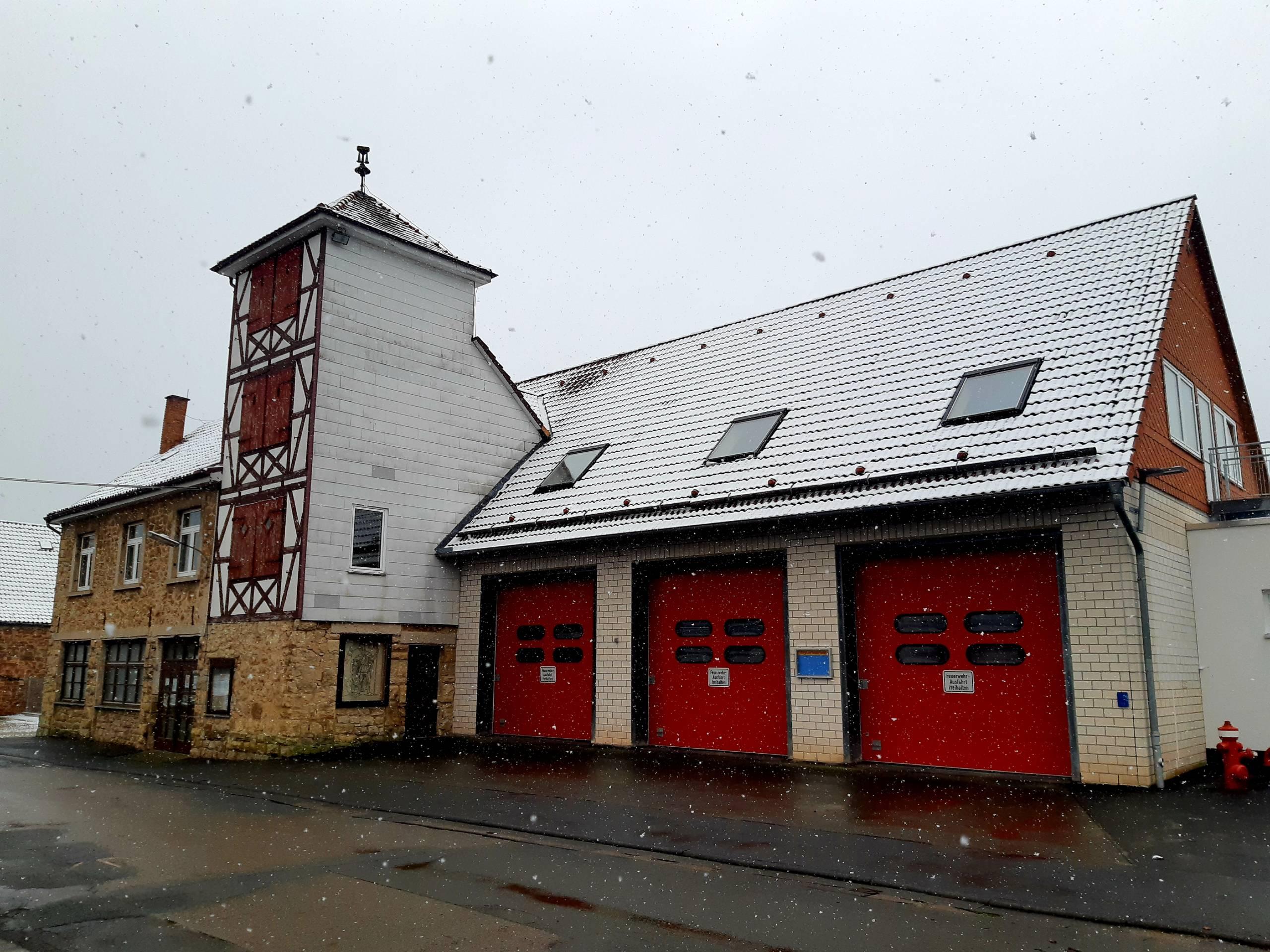 Hauptgebäude mit Fahrzeughalle und Schlauchturm der Feuerwehr Sachsenhausen