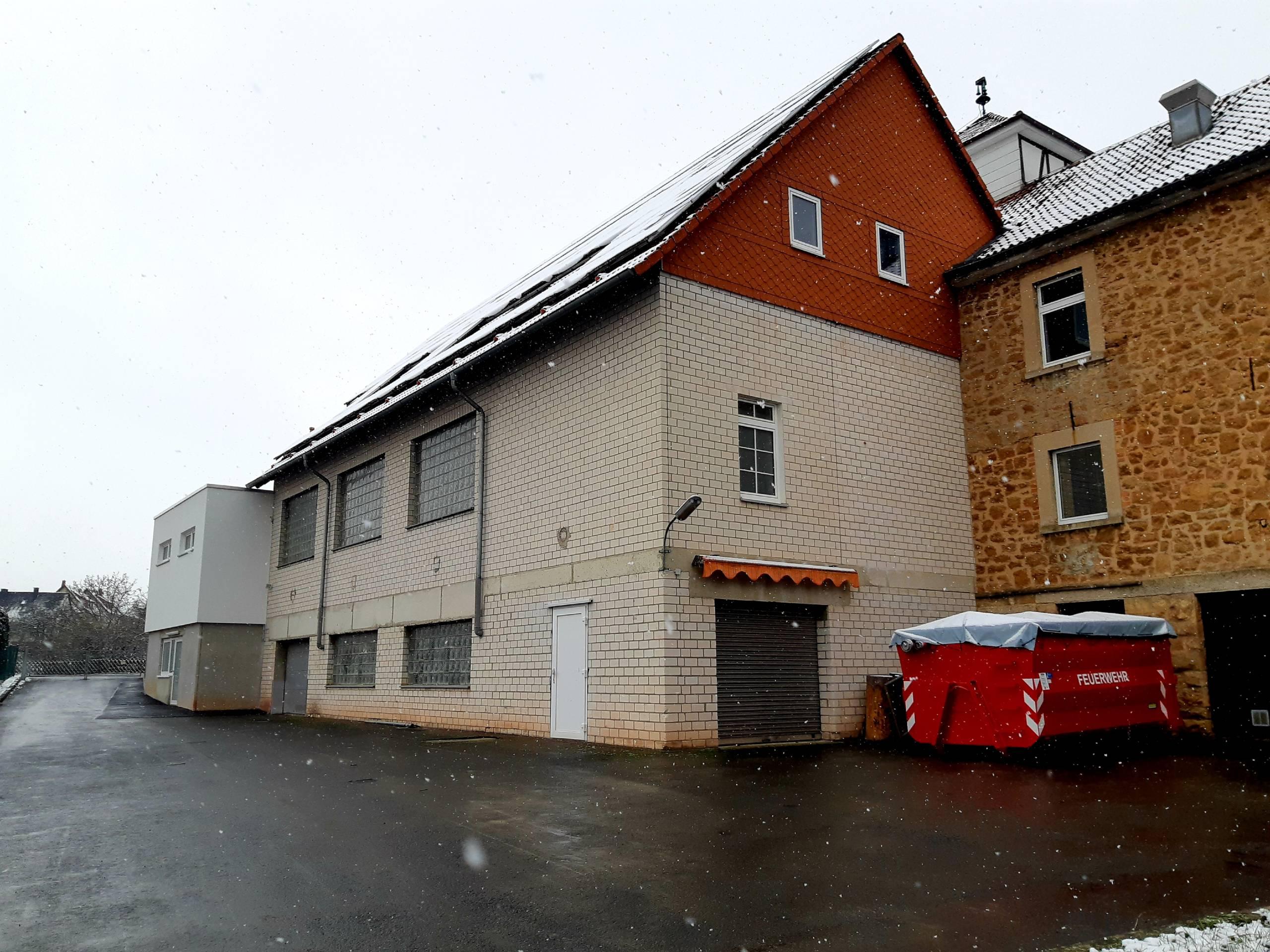 Gebäudeansicht hinten mit Übungshof Feuerwehr Sachsenhausen