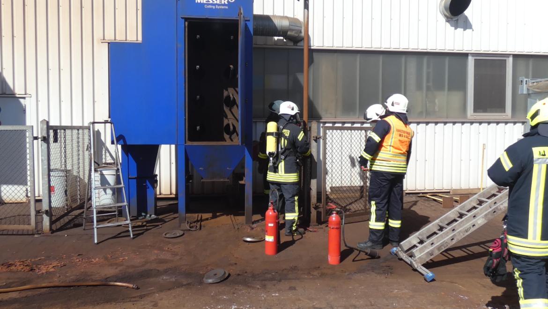 Brennt Filteranlage an Industriehalle