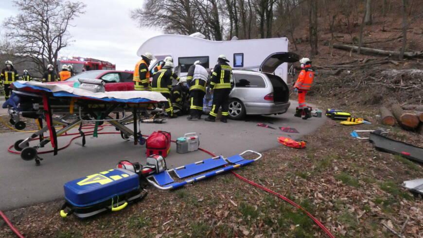 Verkehrsunfall 2 PKW, Person eingeschlossen