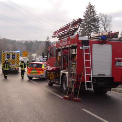 Verkehrsunfall, 2 Transporter frontal kollidiert, eingeklemmt