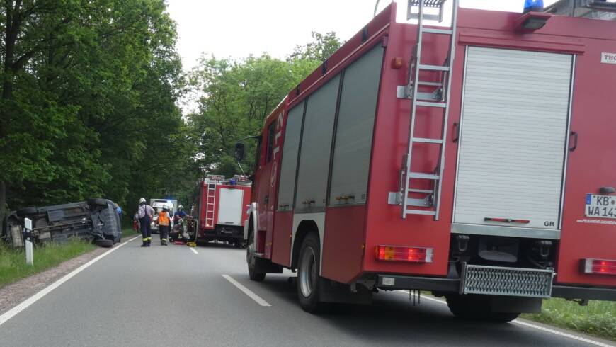 Verkehrsunfall PKW auf Seite, Person eingeschlossen