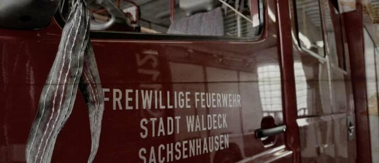 Einsatzfahrzeuge unter Trauerflor unterwegs