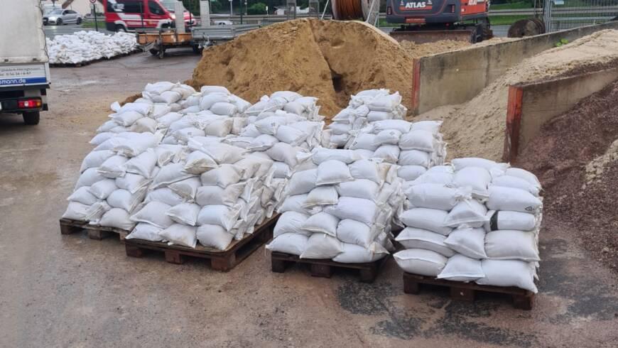 Sandsäcke füllen für Unwettereinsatz